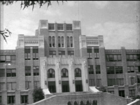 wide shot central high school / little rock, arkansas / newsreel - 1957 stock-videos und b-roll-filmmaterial