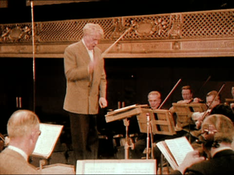 vidéos et rushes de wide shot charles munch conducting the boston symphony orchestra/ audio - 1956