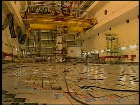 vídeos y material grabado en eventos de stock de wide shot chernobyl nuclear plant / workers in background / 10 year anniversary of disaster - nuclear energy