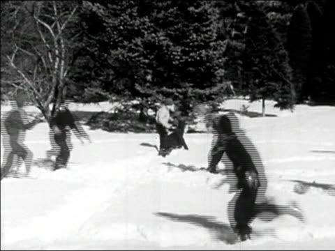 vídeos de stock, filmes e b-roll de 1945 wide shot children running around in snow/ audio - brincadeira de pegar