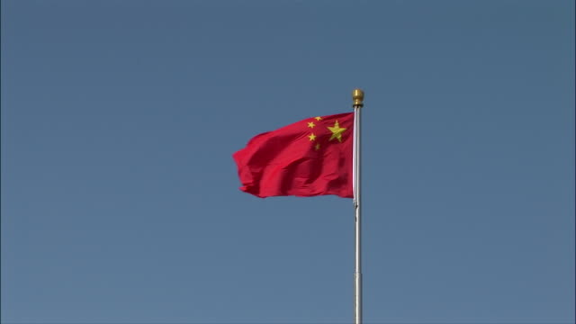 stockvideo's en b-roll-footage met wide shot chinese flag waving in wind/ zoom in medium shot flag/ beijing, china - communisme