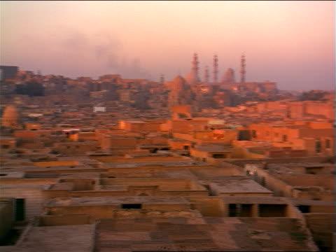 vidéos et rushes de wide shot pan city of mausoleums to mohammad ali (alabaster) mosque / city of the dead / cairo, egypt - forteresse