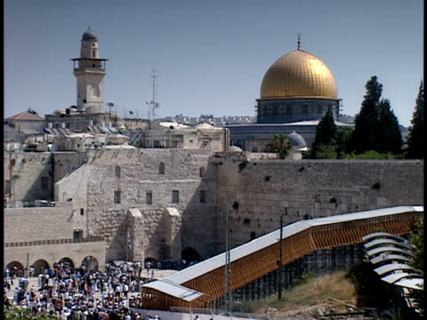 2006 wide shot crowd gathering at dome of the rock in jerusalem old city/ jerusalem, israel - ca. 7 jahrhundert stock-videos und b-roll-filmmaterial