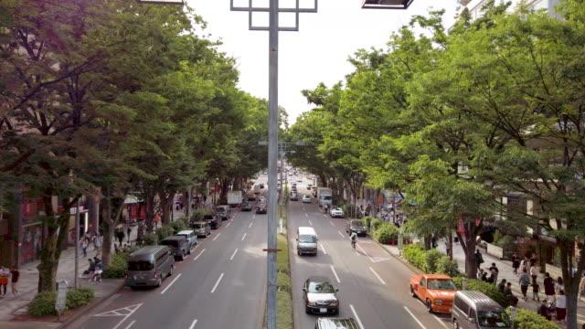 4kワイドショット群衆が東京の表参道を歩く - 駅点の映像素材/bロール