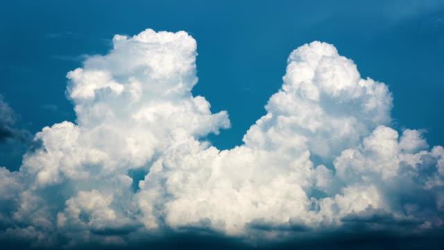 vídeos y material grabado en eventos de stock de amplio disparo cumulonimbus cloud moving timelapse. - cúmulo