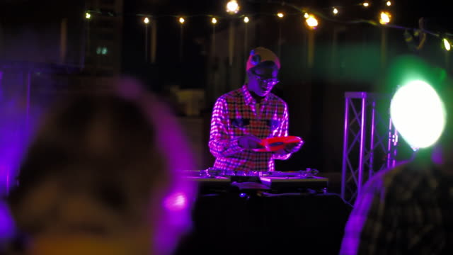 vidéos et rushes de wide shot dj on rooftop party - dj