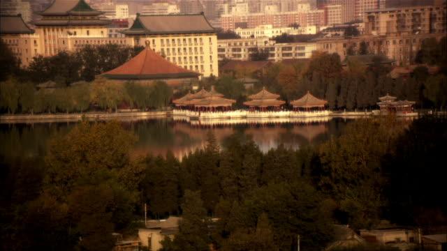 vídeos y material grabado en eventos de stock de wide shot downtown with waterfront temples/ beijing, china - noreste de china