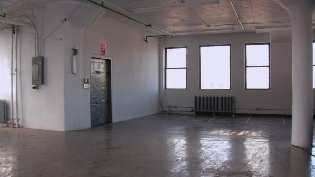 vídeos de stock e filmes b-roll de wide shot empty loft space with windows/ brooklyn, new york - loft apartment