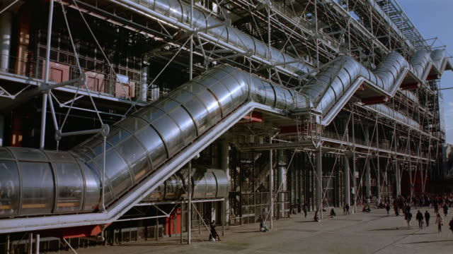 vídeos de stock e filmes b-roll de wide shot escalator on exterior of pompidou centre / paris - museu