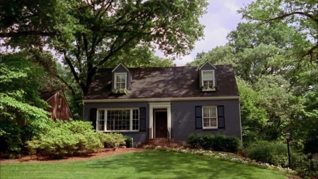 stockvideo's en b-roll-footage met wide shot exterior of house - vrijstaand huis