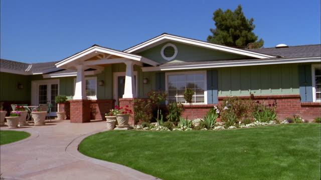 wide shot exterior suburban house - arizona点の映像素材/bロール