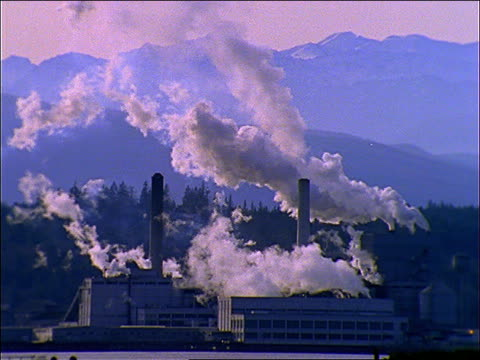 vídeos y material grabado en eventos de stock de wide shot factory (paper mill) with smoke pouring out of smokestacks / mountains in background / port townsend, wa - fábrica de papel