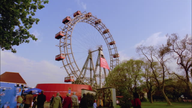 wide shot ferris wheel at prater park/ vienna, austria - prater park stock videos & royalty-free footage