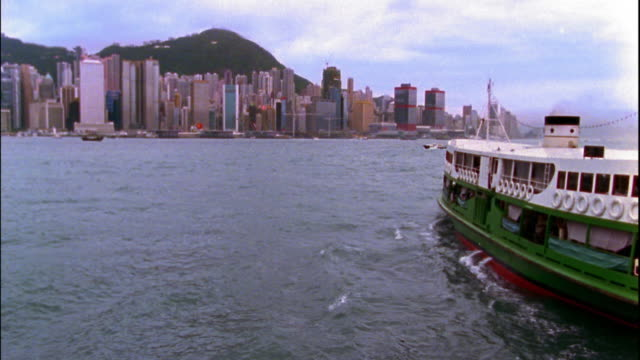 vídeos y material grabado en eventos de stock de wide shot ferry boat in victoria harbor moving toward city / hong kong - 1996