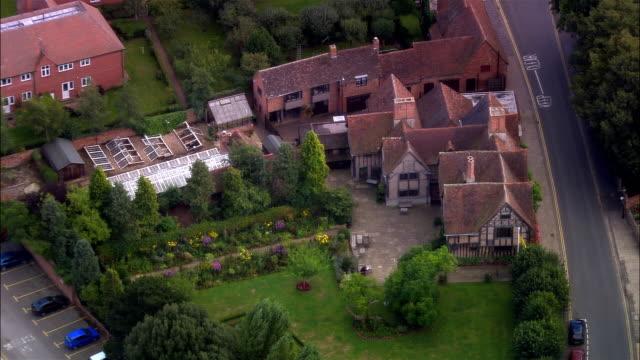 vídeos de stock e filmes b-roll de wide shot gardens surrounding hall place, william shakespeare's sister's house/ stratford-upon-avon, warwickshire, england - tudor