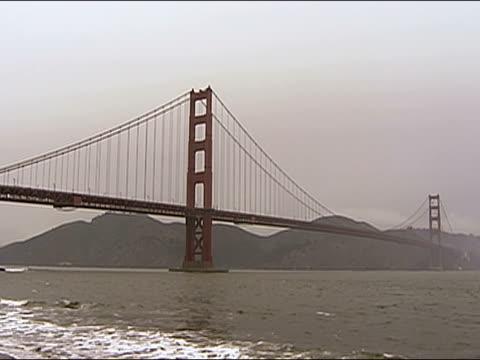 vídeos de stock, filmes e b-roll de wide shot golden gate bridge / san francisco, california - pacífico norte