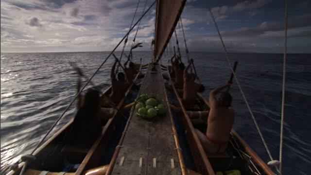 vídeos de stock, filmes e b-roll de wide shot hand-held - polynesian men row a catamaran canoe on the pacific ocean. / hawaii, usa - tribo norte americana
