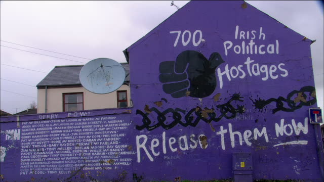 vídeos y material grabado en eventos de stock de wide shot irish nationalist/republican political mural on gable in bogside / derry, northern ireland - partido republicano norteamericano