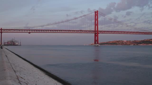 """wide shot lisbon 25 april bridge """"ponte 25 de abril"""" - 4月25日橋点の映像素材/bロール"""