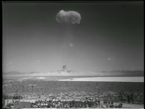 vídeos y material grabado en eventos de stock de wide shot long shot mushroom cloud from h-bomb explosion over desert / yucca flats, nevada / newsreel - 1952