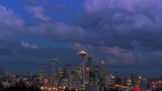 vídeos de stock e filmes b-roll de wide shot long shot time lapse clouds over seattle skyline with space needle at dusk / washington - space needle