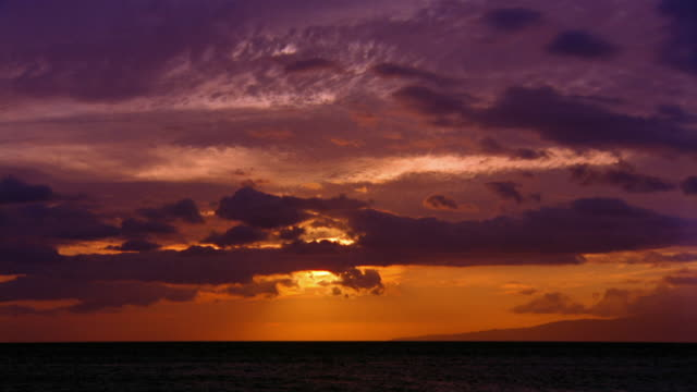 vídeos de stock, filmes e b-roll de wide shot long shot time lapse sun setting behind rolling clouds / maui, hawaii - horizonte