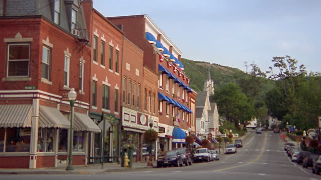vidéos et rushes de wide shot main street of small new england town / camden, maine - maine