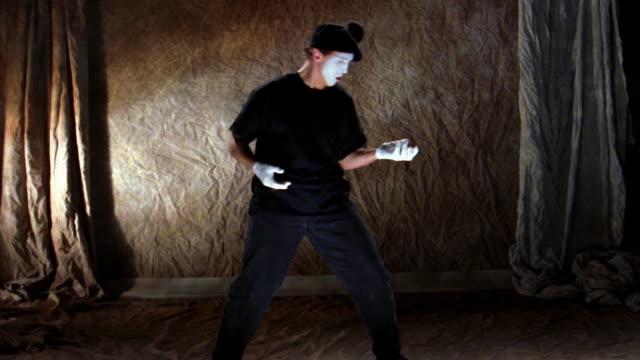 wide shot mime throwing imaginary ball - パントマイム点の映像素材/bロール