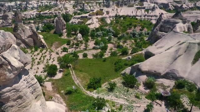vídeos de stock e filmes b-roll de wide shot moving downwards, showing landscape - exposto ao ar