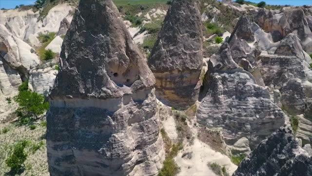 vídeos de stock e filmes b-roll de wide shot moving past petruding rocks from ground - exposto ao ar