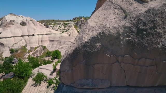 vídeos de stock e filmes b-roll de wide shot moving upwards to show landscape - exposto ao ar