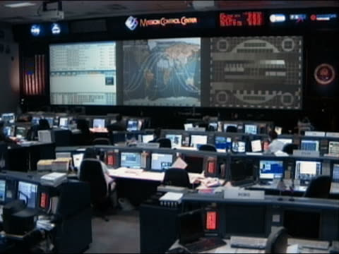 wide shot nasa control center - sala di controllo video stock e b–roll