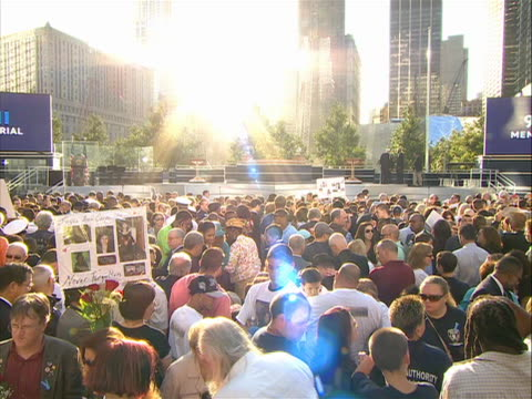 vidéos et rushes de wide shot of a crowd waiting for the memorial ceremony to begin at ground zero on 9/11/11, the tenth anniversary of the attack on the world trade... - mémorial
