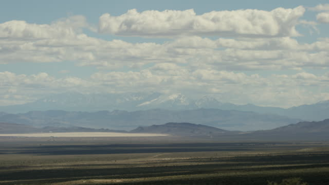 stockvideo's en b-roll-footage met wide shot of a desert at nevada test site - atoombom