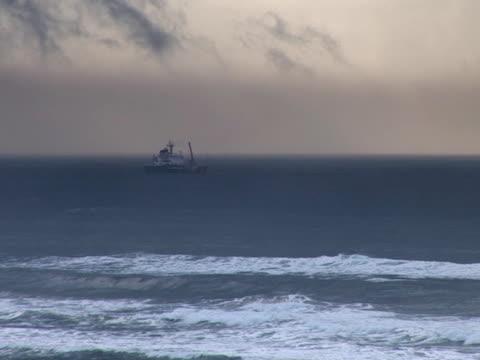 stockvideo's en b-roll-footage met wide shot of a ship in the sea of united states - voor anker gaan