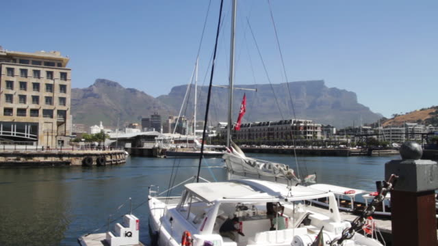 wide shot of a small marina table mountain in background - penisola video stock e b–roll
