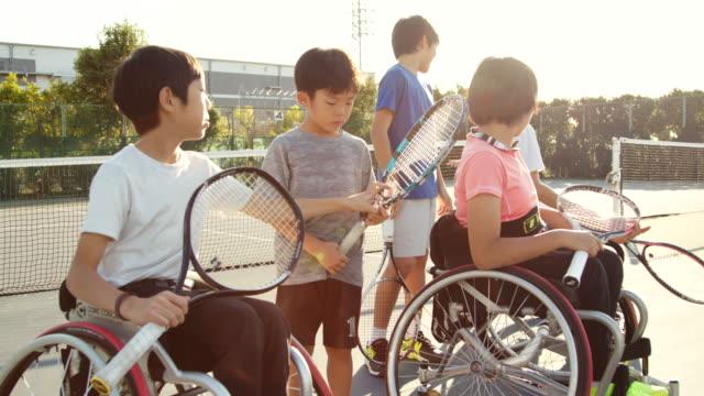 アダプティブテニス選手のチームのslo moワイドショット - 身体障害点の映像素材/bロール