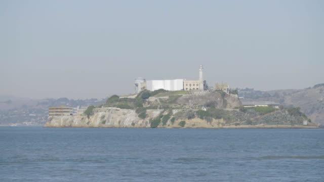 wide shot of alcatraz, birds fly by - アルカトラズ島点の映像素材/bロール