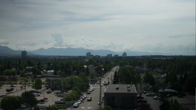 vidéos et rushes de wide shot of anchorage city landscape - pinacée