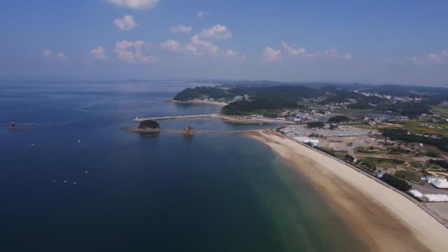 vídeos de stock, filmes e b-roll de wide shot of anmyeondo island and kkotji beach in taean, south korea - ponto de referência natural