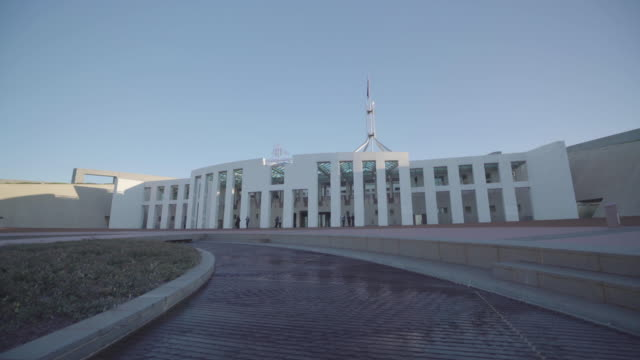 vídeos de stock, filmes e b-roll de wide shot of australian parliament house in canberra - parliament building