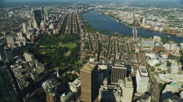 vidéos et rushes de wide shot of back bay in downtown boston - pont longfellow