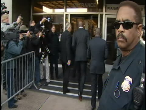 wide shot of barry bonds arriving to court on december 16th, 2011. barry bonds appealed his conviction and sentence of two years' probation for... - bewährungsstrafe stock-videos und b-roll-filmmaterial