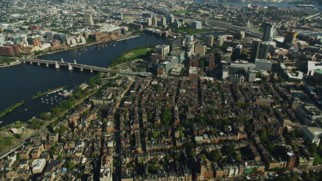vidéos et rushes de wide shot of beacon hill and west end in downtown boston - pont longfellow