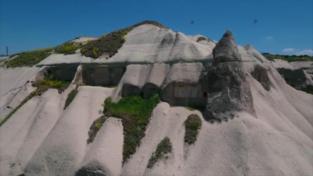 vídeos de stock e filmes b-roll de wide shot of building in mountain - exposto ao ar