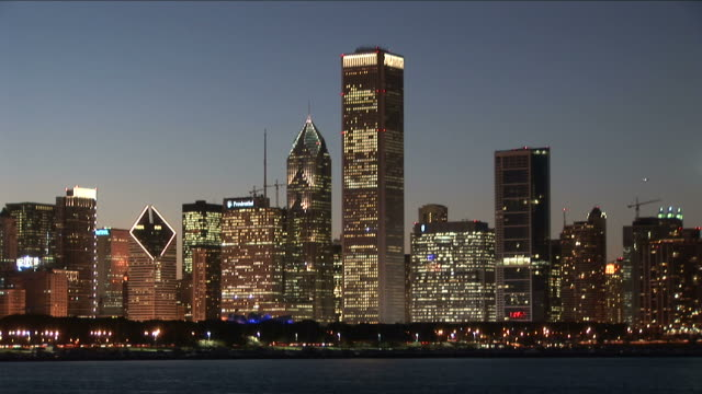 wide shot of buildings across lake in chicago united states - one prudential plaza stock videos & royalty-free footage