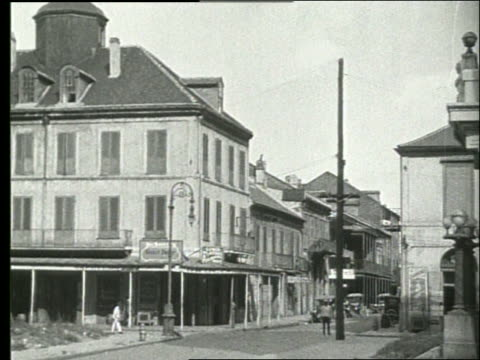 vidéos et rushes de b/w wide shot of buildings and street corner / people / 1915 / new orleans / no sound - la nouvelle orléans