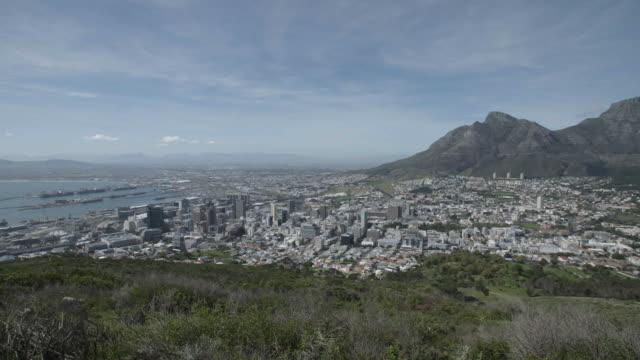 wide shot of cape town, south africa - テーブルマウンテン国立公園点の映像素材/bロール
