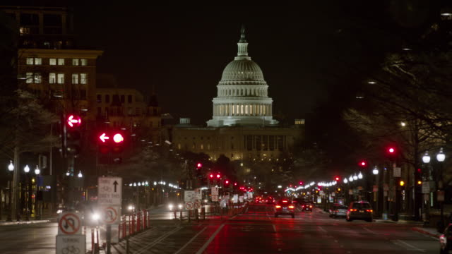 wide shot of cars driving in city at night / washington, district of columbia, united states - kapitol lokales regierungsgebäude stock-videos und b-roll-filmmaterial