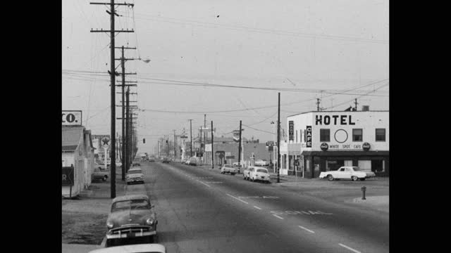 wide shot of cars driving on street passing by hotel in city, saugus, santa clarita, california, usa - santa clarita stock videos & royalty-free footage